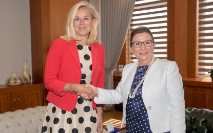 Türkiye ve Hollanda'nın Ticaret Bakanı olan iki bayan, Ankara'da hoş ve yararlı bir buluşmayı gerçekleştirdiler